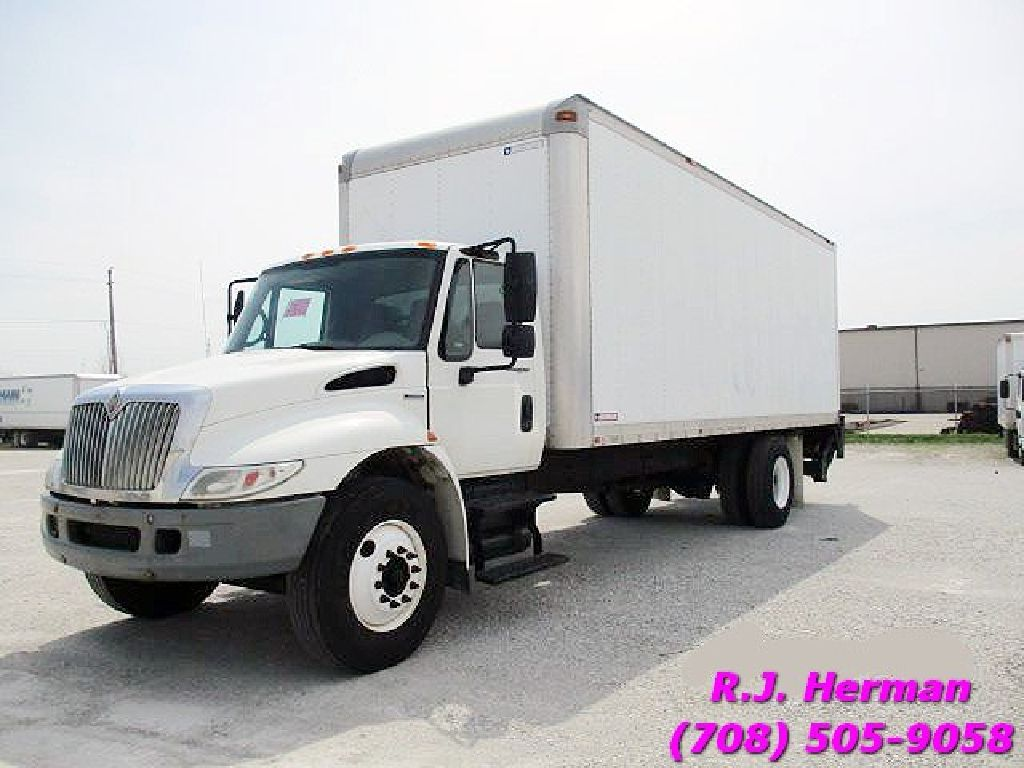 2009 Naviatar 4300 (NON-CDL) 24 ft Straight Truck With Lift Gate