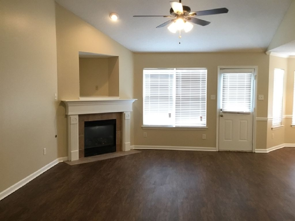 CLEAN SINGLE HOME&&Available Now&Utilities Included&Upgrades/Garages
