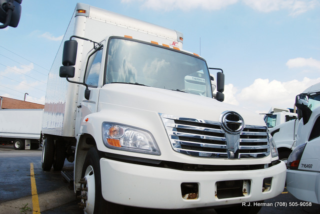 2010 Hino 22 ft Automatic NON CDL Straight Truck With Lift Gate