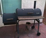 Charcoal BBQ grill with smoke chamber