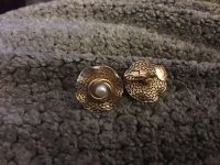 Attention nfe Goldtone and pearl screwback earrings