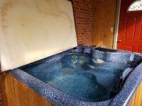 Hot tub for up to 6 persons with lid and chemicals