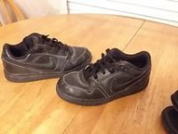 Boys black Nike tennis shoes