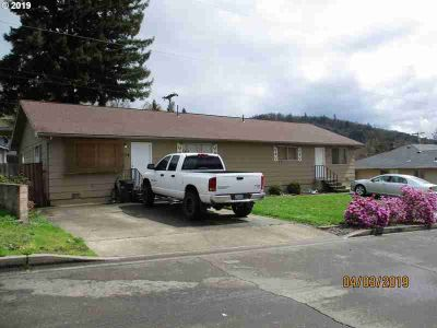 3237 Hughes St Roseburg, Duplex with great cash flow and