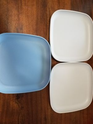 3 STACKABLE TUPPERWARE PLATES