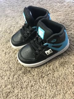 Toddler boys DC shoes size 8 high top (no lace shoes)