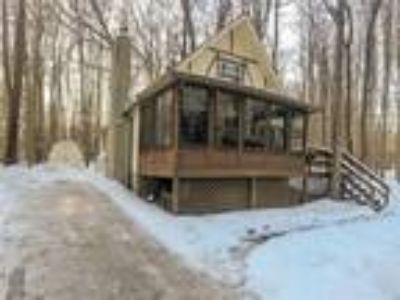 Poconos Chalet with Enclosed Porch 3 Season Room!!!
