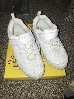 Size 2w white tennis shoes-great condition