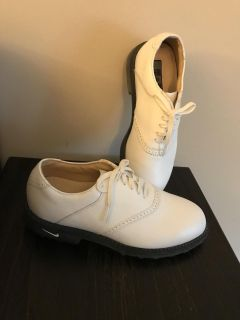 New never worn Nike Ladies golf shoes. 6 W