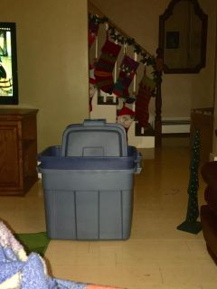 Set of 2 Rubbermaid bins with lids