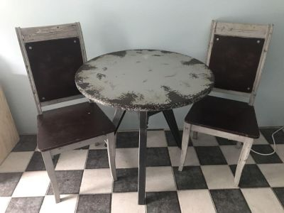 Distressed wood table + 2 chairs
