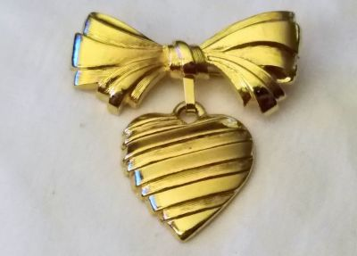Vintage AVON 1986 I love You Mother Signed Bow Heart Love Gold Tone Dangle Pin Brooch Gift Present
