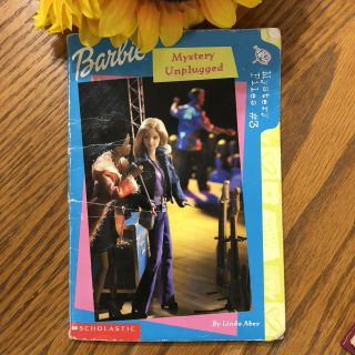 Paperback book Barbie mystery unplugged-(b70)