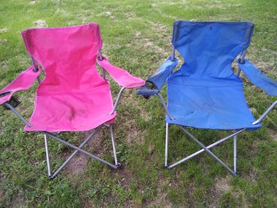 Folding chairs with cup holders