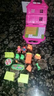 Mini doll house with 17 pieces! So cute!