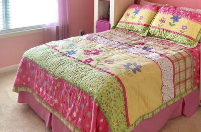 Full/Queen quilt and matching shams