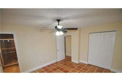 4 bedrooms Apartment - This must-see home located in Palmetto Pines features crown molding. Pet OK!