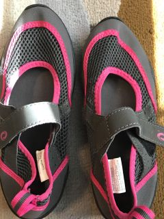 Women s Size 5 water shoes