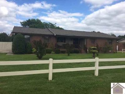 300 Villa Maria Court PADUCAH Three BR, Well maintained brick