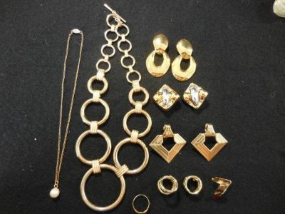 Costume Jewelry: Necklaces, Earrings and Rings