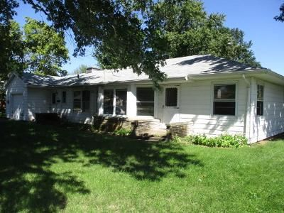 3 Bed 1.5 Bath Foreclosure Property in Farmington, IL 61531 - S Apple St