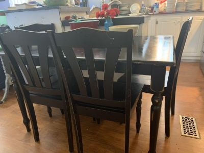 Black dining table and 4 chairs. Guc. 29 1/2 H x 4 W x 3 D