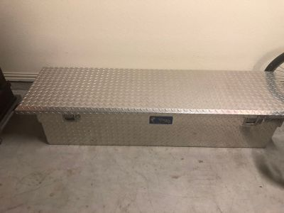 Truck Bed Tool Box with key ... no holds! Like New!