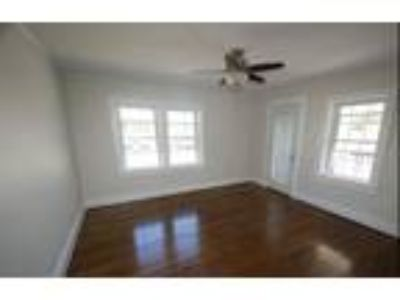 Charming house on a quiet street in downtown Greer, just half a mile to Gree...