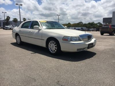 2003 Lincoln Town Car Executive (White)