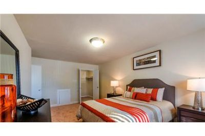 3 bedrooms Apartment - Near major shopping areas and the Capital Beltway.