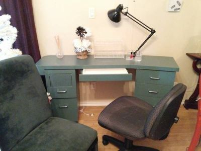 Manicure Table and 2 chairscosmetic display