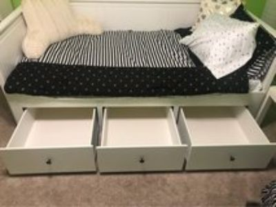 Like new bed w/mattress and bedding