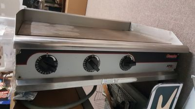 Commercial Grill w/metal table (Reduced)