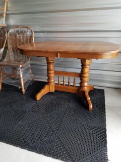 Oak double pedestal with leaf and 6 chairs.