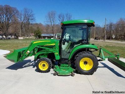 2011 John Deere Tractor 3520 with loader