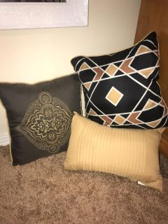 3 throw pillows - will not separate