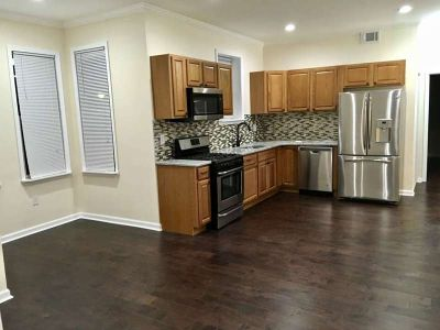 Sunny 2 Bedroom Apartment in the Heart of Port Richmond