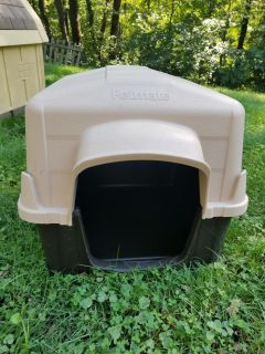 Outdoor dog house. FIRST COME. WANT GONE TODAY