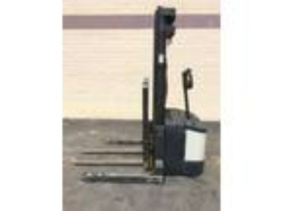 Electric Crown WS-2000-40TL Electric Walkie Straddle Stacker