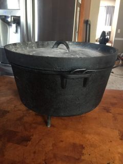 6 Qt dutch oven with legs, lid and carrying bag-well seasoned