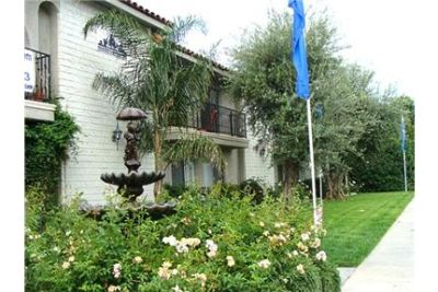 2 bedrooms Apartment - A beautiful 2 story building with a garden style fountain courtyard. Gated p