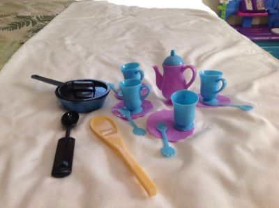 NWOT. Dishes for 18 Dolls