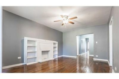 This rental is a Chicago apartment located S Calumet.