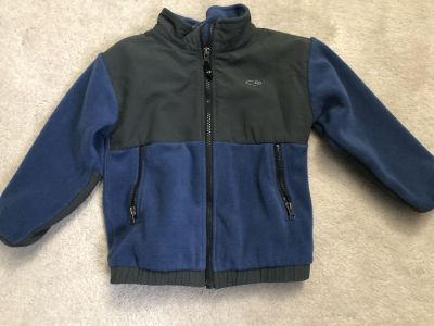 Fleece champion brand. Size says large but fits like 4t