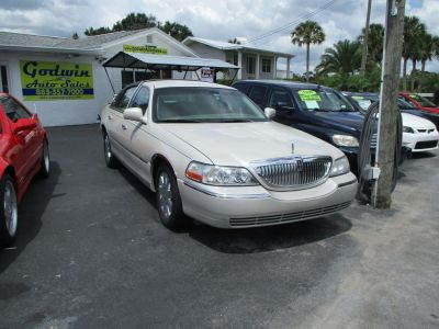 2005 Lincoln Town Car Signature (White)