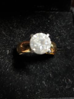 Fashion ring. Solitaire stone set with 4 prongs in goldtone. Size 7