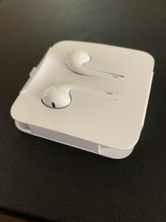 APPLE EARBUDS THESES ARE APPLE NAME BRAND