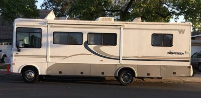 By Owner! 2004 30 ft. Winnebago Sightseer w/slide