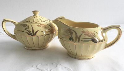 Do you have a country home and want old items for display? Vintage Sadler Creamer & Sugar (with lid) Circa 1950's (cr mi re/sucrier)