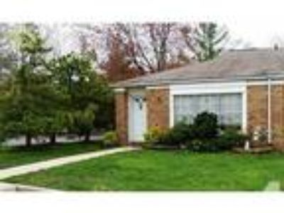 $180000 / 1 BR - ranch style condo, fenced in patio, pool, clubhouse